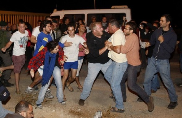 Jewish settlers clash with some 20 left-wing pro-Palestinian Israeli activists in the Anatot settlement in the occupied West Bank northeast of Jerusalem on September 30, 2011, after about 20 leftist Israeli pro-Palestinians arrived at the settlement waving Palestinian flags in support of an Arab who had put up a tent on land he claims is his. A Palestinian source said the Palestinian was from east Jerusalem, which was conquered by Israel in the 1967 Six Day war and later annexed. AFP PHOTO/AHMAD GHARABLI