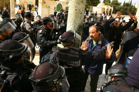 Palestinian argue as Israeli policemen stand guard at the entrance to the Dome of the Rock at the flashpoint Al-Aqsa mosque compound in Jerusalem's old city on February 24, 2012. Clashes briefly broke out between Israeli police and