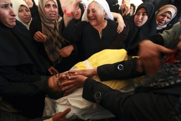 Palestinian relatives of Hisham Saad mourn during his funeral in the Gaza Strip April 4, 2012. According to Palestinian medical sources, Saad was killed by Israeli forces near the border between Israel and the east of Gaza City. REUTERS/Mohammed Salem