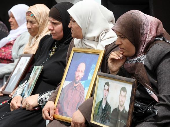 Vigil for prisoners in Gaza - Photo by Wafa - Apr 29, 2012