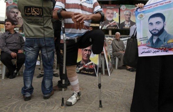 Palestinians attend a rally to show solidarity with Palestinian prisoners held in Israeli jails, in Gaza City, April 30, 2012. Human rights groups say up to 2,000 prisoners have joined an open-ended hunger strike to protest against jail conditions. REUTERS/Mohammed Salem
