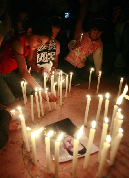 Palestinian children light candles during a rally in Gaza City to show solidarity with Palestinian prisoners held in Israeli jails, April 28, 2012. Human rights groups say up to 2,000 prisoners have joined an open-ended hunger strike to protest against jail conditions and thousands of Palestinians staged a rally in the Gaza Strip to support their cause. REUTERS/Suhaib Salem
