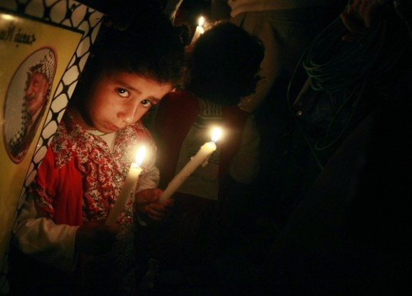 A Palestinian girl holds candles during a rally in Gaza City to show solidarity with Palestinian prisoners held in Israeli jails, April 28, 2012. Human rights groups say up to 2,000 prisoners have joined an open-ended hunger strike to protest against jail conditions and thousands of Palestinians staged a rally in the Gaza Strip to support their cause. REUTERS/Suhaib Salem