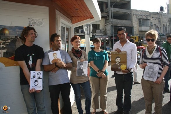 Human chain in solidarity with hunger strikers Mahmoud Sarsak and Rikhawi in Nablus - Photo by Raya.ps