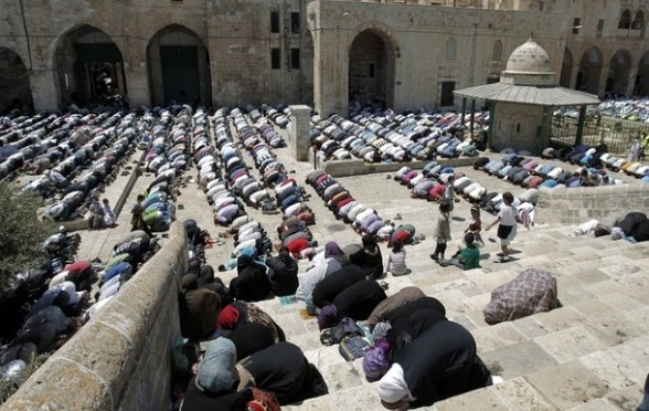 Muslims pray outside the Dome of the Rock mosque situated in the al-Aqsa mosque compound, Islam?s third most holy site, on August 10, 2011 in old city of Jerusalem, on a Friday during the Muslim holy fasting month of Ramadan. AFP PHOTO /AHMAD GHARABLI