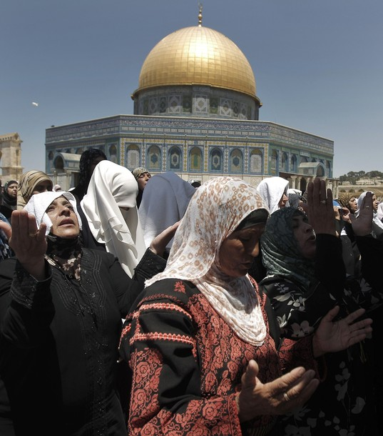 Muslim women pray outside the Dome of the Rock mosque situated in the al-Aqsa mosque compound, Islam?s third most holy site, on August 10, 2011 in old city of Jerusalem, on a Friday during the Muslim holy fasting month of Ramadan. AFP PHOTO /AHMAD GHARABLI
