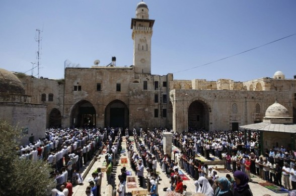Palestinians pray on the compound known to Muslims as Noble Sanctuary and to Jews as Temple Mount in Jerusalem's Old City, on the fourth Friday of the holy month of Ramadan August 10, 2012. REUTERS/Ammar Awad