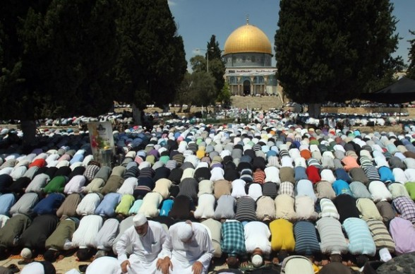 Palestinian worshipers pray outside the Dome of the Rock at the al-Aqsa mosque compound, Islam?s third holiest site, on August 17, 2012, in the old city of Jerusalem, on the last Friday of the Muslim holy fasting month of Ramadan. AFP PHOTO /HAZEM BADER