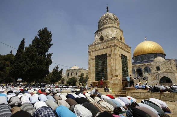 Palestinian men pray near the Dome of the Rock (R) on the compound known to Muslims as Noble Sanctuary and to Jews as Temple Mount in during the holy month of Ramadan in Jerusalem's Old City August 3, 2012. REUTERS/Ammar Awad