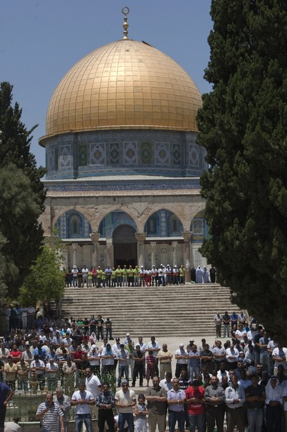 Palestinian worshippers pray outside the Dome of the Rock at the Al-Aqsa Mosque compound in Jerusalem during the first Friday prayers of the Muslim holy month of Ramadan on July 20, 2012.  AFP PHOTO/AHMAD GHARABLI