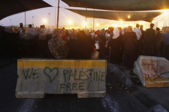 Palestinian women gather at Israel's Qalandiya checkpoint outside the West Bank city of Ramallah July 27, 2012, as they make their way to Jerusalem on the second Friday of the holy month of Ramadan. REUTERS/Mohamad Torokman