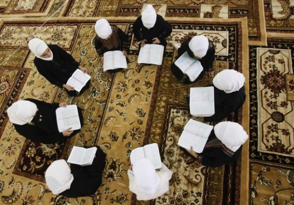 Palestinian girls read the Koran at a mosque during the holy month of Ramadan in the West Bank city of Nablus July 26, 2012. REUTERS/Abed Omar Qusini
