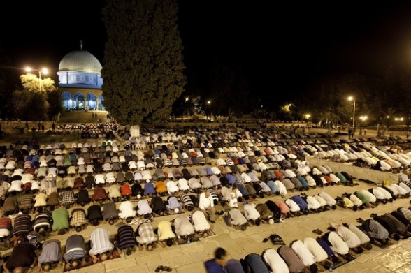 "Palestinian Muslims perform the ""Tarawih"" evening prayer at the Al-Aqsa mosque compound in the old city of Jerusalem during the fasting month of Ramadan on July 24, 2012. AFP PHOTO/AHMAD GHARABLI"