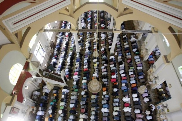 Palestinian men pray at a mosque in the West Bank city of Nablus on the second Friday of the holy month of Ramadan July 27, 2012. REUTERS/Abed Omar Qusini
