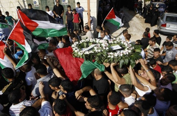 Palestinians carry the body of Akram Bader during his funeral in the West Bank village of Beitillu, near Ramallah, July 31, 2012. Israeli troops opened fire at a Palestinian car at a checkpoint in the occupied West Bank early on Monday, killing Bader and wounding two others, Palestinian officials said. REUTERS/Ammar Awad