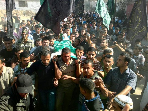 Third day of Eid al-Adha martyr Suleiman Qarra accept hustling toward the certificate .. Side of the body of the martyr common Suleiman full Qarra 27-year-old this morning (Photo via 5br.3ajel1 at FB)