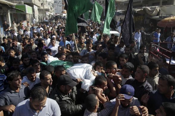 Palestinians carry the body of Hamas militant Suliman al-Garah during his funeral in Khan Younis in the southern Gaza Strip October 28, 2012. Israel killed a Hamas gunman, al-Garah, it accused of preparing to fire a rocket from the Gaza Strip on Sunday and a separate Palestinian salvo struck a southern Israeli city, causing no damage. REUTERS/Ibraheem Abu Mustafa