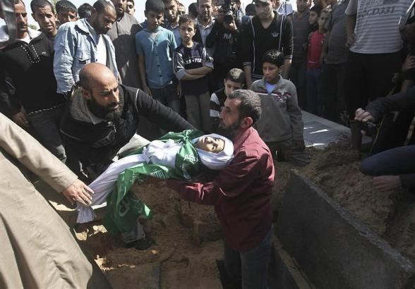 AA04. Gaza Strip (---), 18/11/2012.- A man buries a Palestinian child from the Abu Sefan family at a cemetery in the northern Gaza Strip on 18 November 2012. Reports state that the Israeli military is prepared to significantly widen operations against Palestinian militants in the Gaza Strip, Prime Minister Benjamin Netanyahu told his cabinet 18 November 2012. He said Israel's Operation Pillar of Defence had caused 'significant damage' to the missile arsenal that Palestinian militant groups were aiming at Israel, and had extracted a 'heavy price' from Hamas and other armed organizations. EFE/EPA/ALI ALI