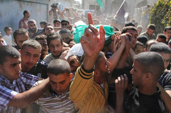 In Khan Yunis, the funeral of a resister shot by an Israeli air attack - via IHH