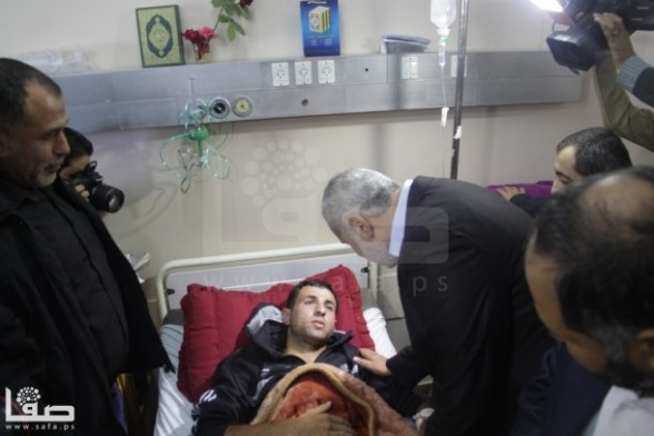 Ismael Haniyeh visits wounded by Israel's attack in hospital Nov 13 2012 - Photo by Safa.ps