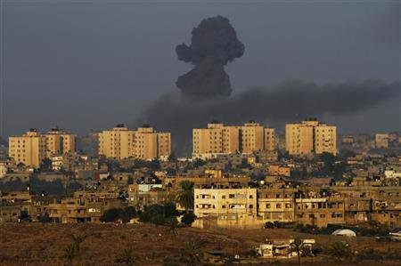 Smoke rises after an Israeli air strike on the northern Gaza Strip November 18, 2012. REUTERS/Amir Cohen