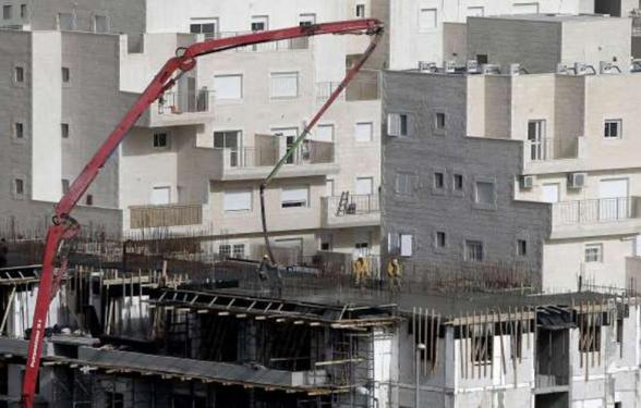 """Laborers work at the construction site of a new housing project at the Israeli settlement of Har Homa in east Jerusalem on December 20, 2012. Israel has approved plans to build 523 homes in the West Bank, Jewish settlers said, in the first step towards a new settlement """"city"""" that drew furious condemnation from the Palestinians. (Photo: AFP - Ahmad Gharabali)"""