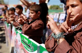 Palestinian children take part in a rally in front of the Red Cross<br /><p class=