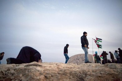 12/01/2013.- A Palestinian man bows in evening prayers in the new 'outpost' called Bab al-Shams (Gate of the Sun), 12 January 2013, erected outside the Palestinian village of Ez Za'im in the contentious area east of Jerusalem, in the West Bank known as E1. The Palestinians, joined by some foreign activists are doing this action, they say, as a means of non-violent, peaceful resistance to Israeli expansions of settlements on Palestinians' lands. EFE/EPA/JIM HOLLANDER
