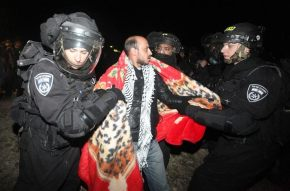 13/11/2011.- Israeli border police arrest Palestinian protesters during their evacuation operations from a 'tent city outpost' called Bab al-Shams (Gate of the Sun), errected outside the Palestinian village of Ez Za'im in the an disputed area east of Jerusalem, in the West Bank, 13 January 2013. The Palestinians, along with some foreign activists, are doing this action as a means of non-violent, peaceful resistance to the expansion of Israeli settlements on Palestinian lands, according to reports. EFE/EPA/ABIR SULTAN