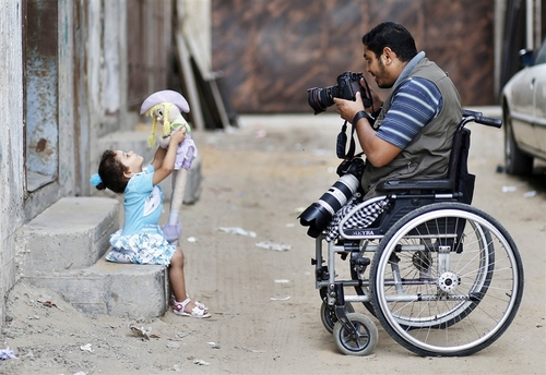 Palestinian photographer Moamen Qreiqea determined to keep shooting