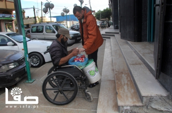 Jan 17, 2013 | Palestinian Ibrahim Abu Thuraya (28 years) works to clean cars in a garage in Gaza City, although he had lost both feet and one of his eyes during the Israeli war on the Gaza Strip in late 2008.