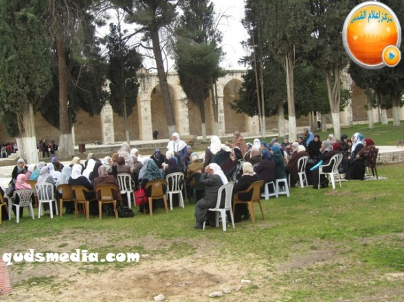 Febr 5 2013 Moshe feigling and settlers desecrate al-Aqsa Mosque - Photo by QudsMedia