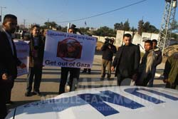 palestinian-families-protest-at-french-fm-visit-in-gaza[1]