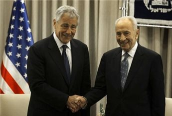 Chuck Hagel (left) shakes hands with Shimon Peres ahead of talks  in Jerusalem, on April 22, 2013.(AFP/Menahem Kahana)