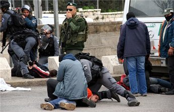 Plainclothes Israeli officers detain Palestinians in Jerusalem.  (MaanImages/Anne Paq, File)