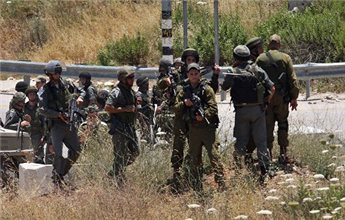 Israeli soldiers detain Jewish settlers from Yitzhar near the northern  West Bank city of Nablus. (MaanImages/File)