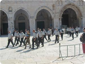images_News_2013_04_18_aqsa-raided-by-iof-officers_300_0[1]