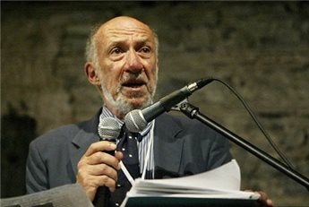 Richard Falk speaks at the World Tribunal on Iraq's Istanbul session.  (AFP/Cem Turkel, File)