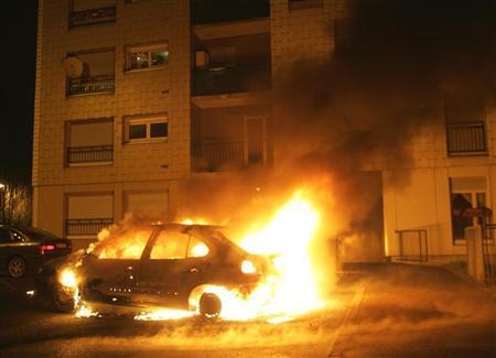 ألسنة اللهب تتصاعد من سيارة مشتعلة في ضاحية هوتبير بغرب ستراسبورج مساء الأربعاء. تصوير: جان مارك لوس - رويترز