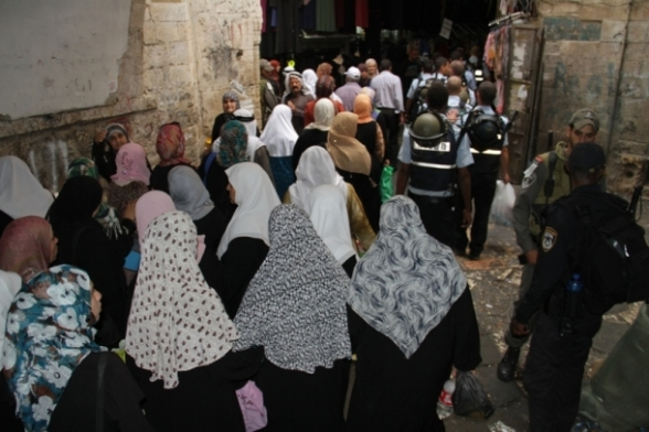 July 12 2013 Crowds of worshipers heading early to the Al-Aqsa Mosque - Photo by PalToday