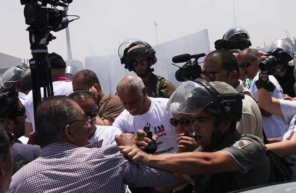 July 17 2013 - Ramallah - Israeli occupation forces suppressed Palestinian journalists in front of the Qalandiya checkpoint - Photo by WAFA (6)