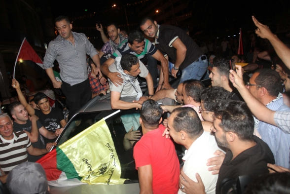 Nablus - Citizens greet captive Samir Alnnih in Nablus after his release from Israeli jail Photo by Ayman Nubana - WAFA