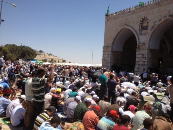 Aug 2 2013 - 400 thousand worshipers attend last friday of Ramadan prayers at Aqsa Mosque - Photo by Safa (2)