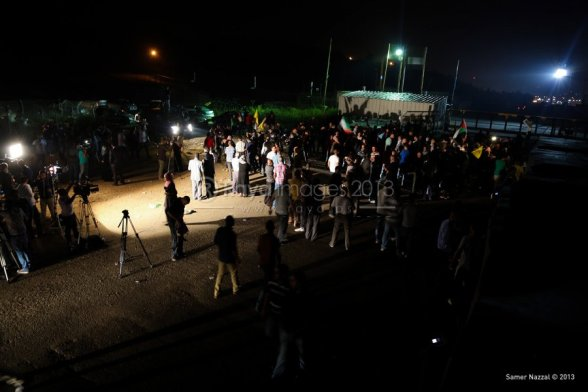Masses of people receive released prisoners in Ramallah - Photo by Raya