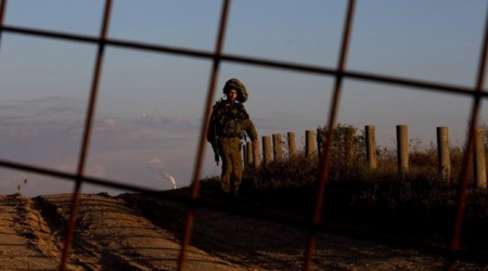 An Israeli soldier is seen on the border between Israel and the Gaza strip on November 15, 2012 (photo\AFP)