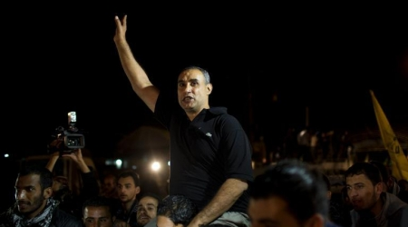 Palestinian freed prisoner waves on arrival at Erez crossing between (Israel) and nothern Gaza Strip (AFP Photo)