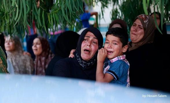 Relatives of 4 children from the Baker, whom medics said were killed by a shell fired by an Israeli naval gunboat - Photo via @MuathHumaid
