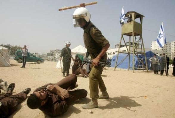 عرض مسرحي بغزة يجسد معاناة الأسرى في سجون الاحتلال  Photo by SAFA